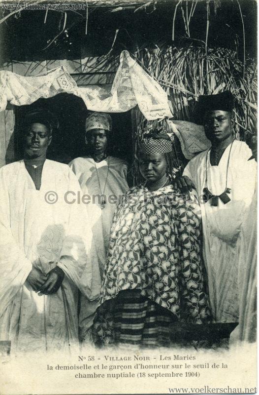 1904 Exposition de Nantes - Le Village Noir - 58. Lea Mariés la demoiselle et le garçon d'honneur sur le seuil de la chambre nuptiale (18 septembre 1904)