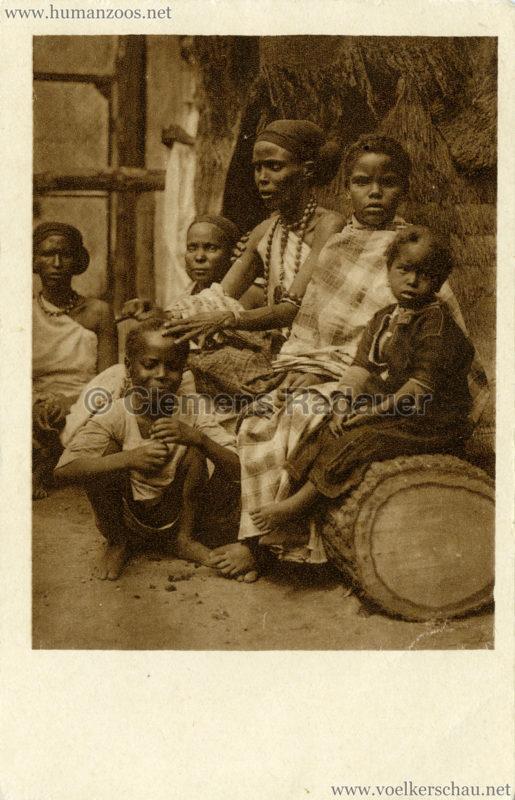 1928 Carl Hagenbecks Somalischau (Berlin) - Fatouma, die Schwester des Häuptlings, mit ihren Kindern, im Hintergrund zwei Somalifrauen