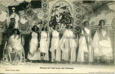 maison-du-chef-avec-ses-femmes-somali-dorf
