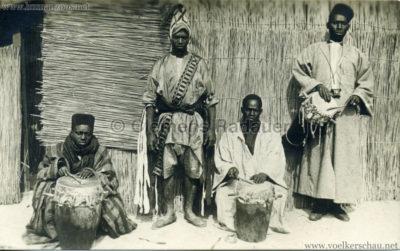 afrikanische-vo%cc%88lkerschau-3-trommler-ein-ta%cc%88nzer-foto