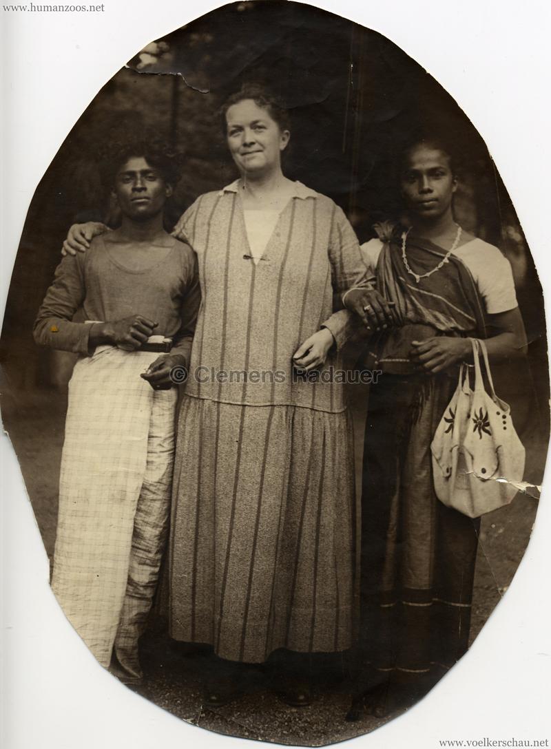 Muttchen mit 2 Singhalesen - Links BOBIS, rechts Genere Karunatillake Jony Prämezundre (1926?)