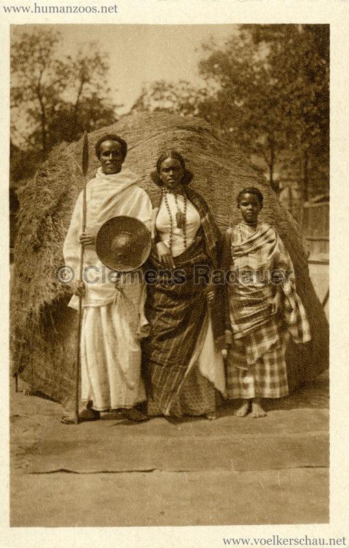 1928 Carl Hagenbecks Somalischau - Der Häuptling Ali Hersi mit seiner Frau und Schwägerin VS