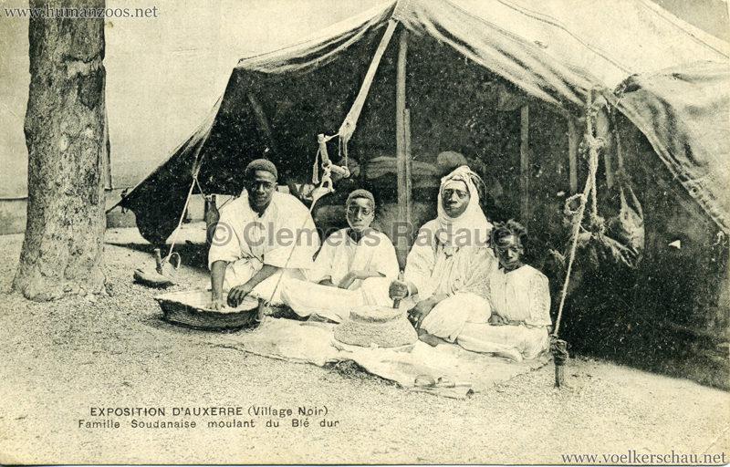 1908 Exposition d'Auxerre - Village Noir - Famille Soudanaise moulant du Ble dur