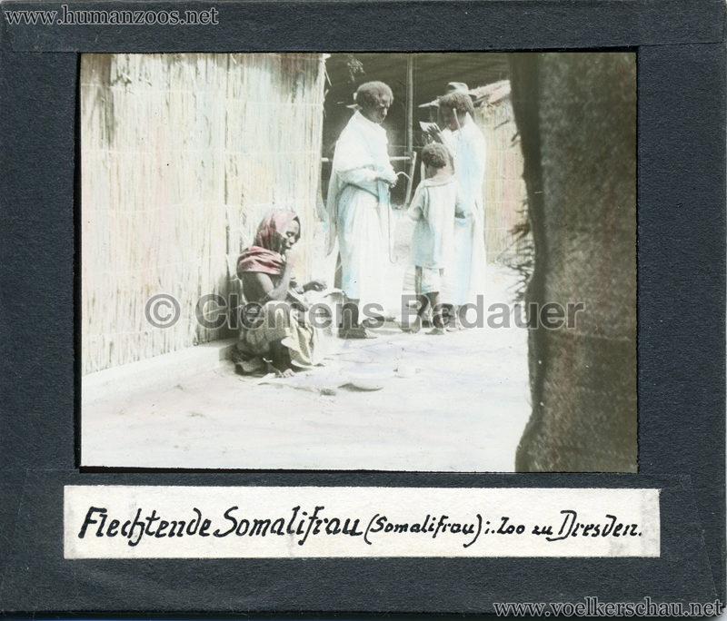 Flechtende Somalifrau im Zoo zu Dresden MIX