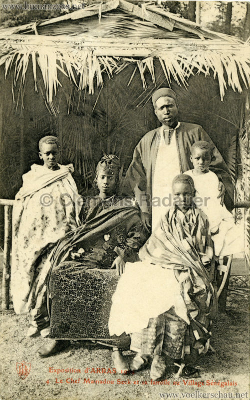 1904 Exposition d'Arras - 4. Le Chef Mamadou Seck et sa famille au Village sénégalais