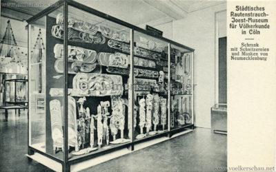 Städt. Rautenstrauch-Joest-Museum für Völkerkunde in Cöln - Schrank mit Schnitzereien und Masken von Neumecklenburg
