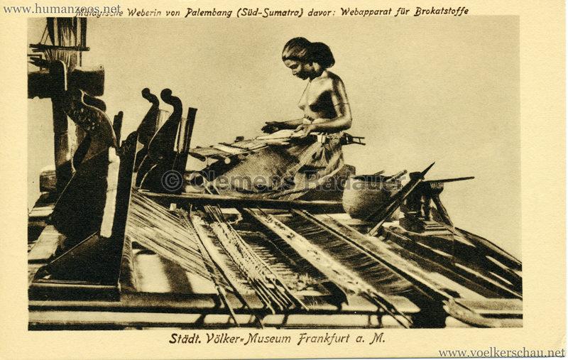 Städtisches Völker-Museum Frankfurt - Malayische Weberin von Palembang (Süd-Sumatra) davor Webeapparat für Brokatstoffe